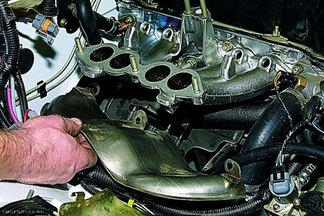 Демонтаж термоотражающего экрана ВАЗ-2114