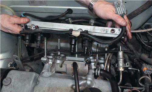 Демонтаж топливной рампы ВАЗ-2114 в сборе