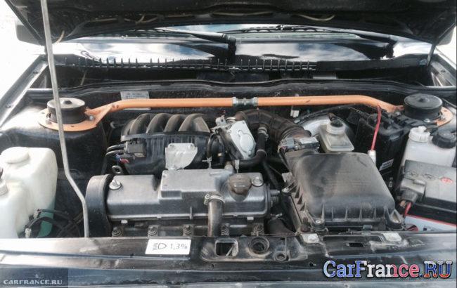 Двигатель ВАЗ-2114 под капотом вблизи