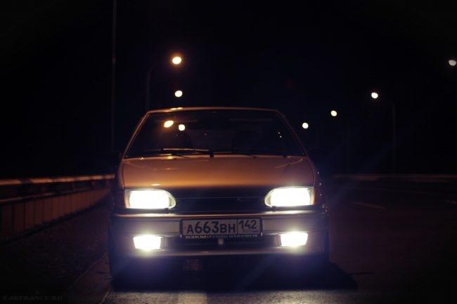ВАЗ-2114 с включенным светом ночью