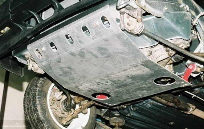Автомобиль ВАЗ-2114 на подъёмнике, вид на днище