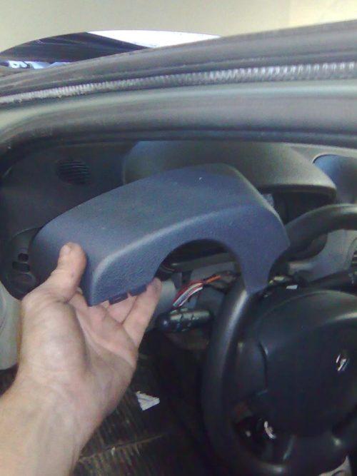 Демонтаж верхней части кожуха рулевой колонки Рено Симбол