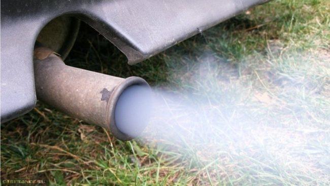 Процесс проверки равномерной работы двигателя по выхлопу на ВАЗ-2114
