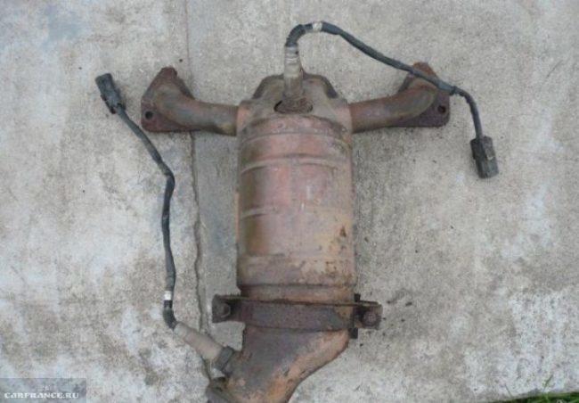 Демонтированный выпускной коллектор ВАЗ-2114 вблизи