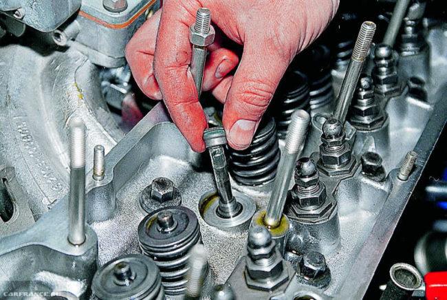Процесс запрессовки сальников клапанов на ВАЗ-2114