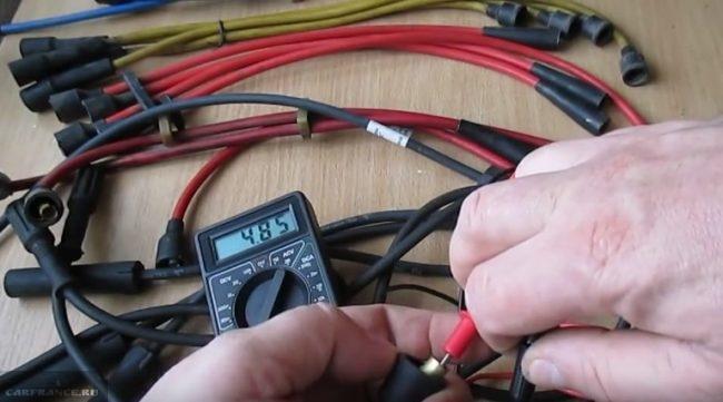 Процесс проверки высоковольтных проводов ВАЗ-2114