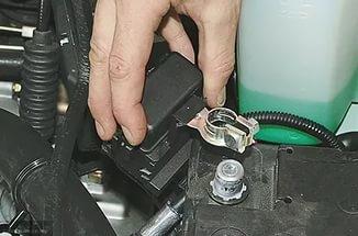 Демонтаж клеммы АКБ ВАЗ-2114