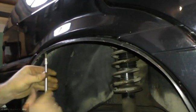 Процесс демонтажа подкрылка Ваз-2114