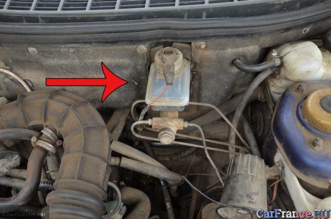 Вакуумный усилитель тормозов на ВАЗ-2110 спрятан под защитной заглушкой