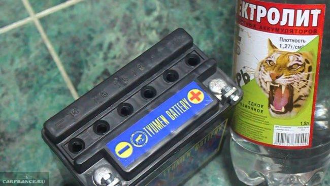 Сухозаряженная аккумуляторная батарея Тюмень и бутылка электролита