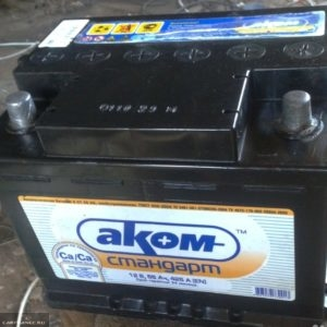 Штатная аккумуляторная батарея Аком в Шевроле Нива
