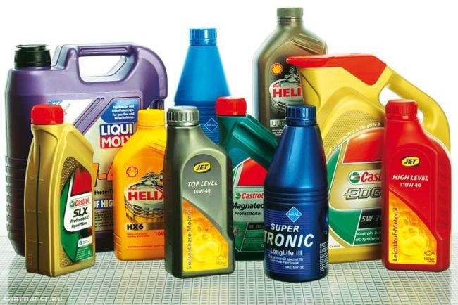 Моторные масла от разных производителей в бутылках