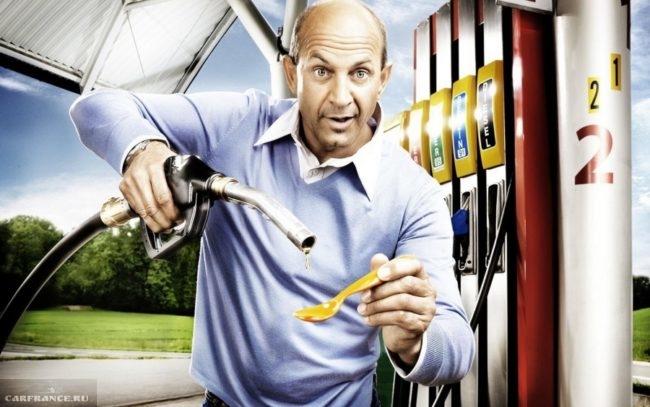 Мужчина на бензозаправке с ложкой