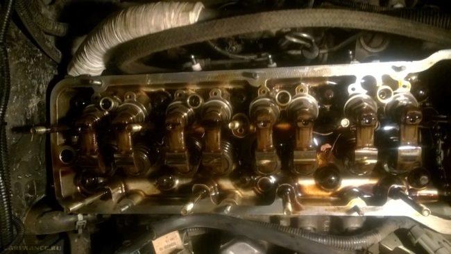 Двигатель со снятым распредвалом на Шевроле Нива