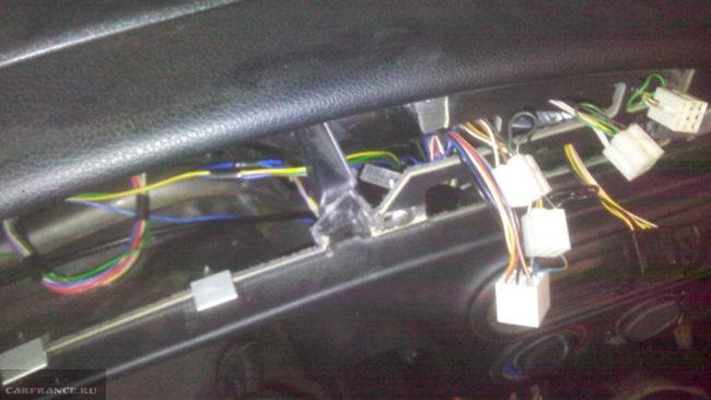Блок иммобилайзера внутри панели приборов Шевроле Нива