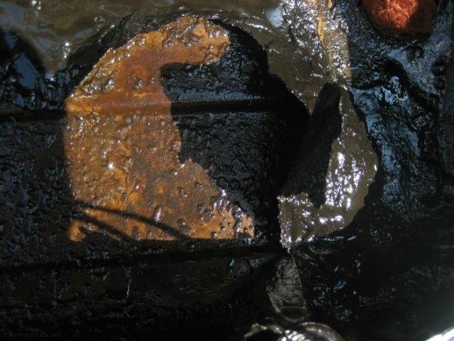 Пласты грязи после промывки на крышке цилиндров