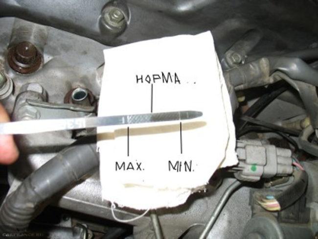 На щупе уровень масла в двигателе крупным планом