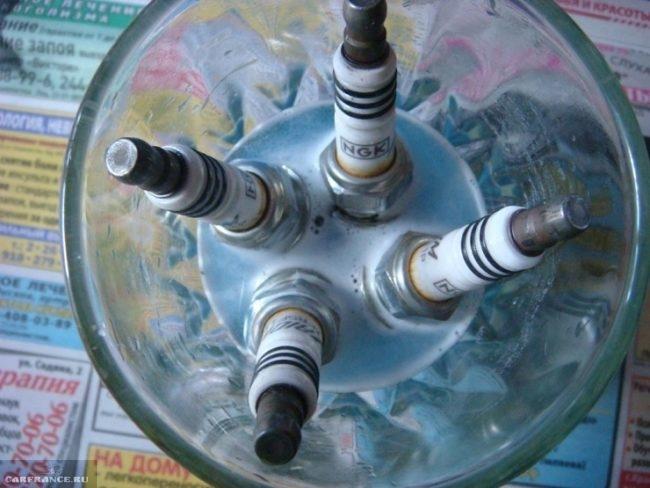 Процесс химической очистки свечей зажигания от нагара