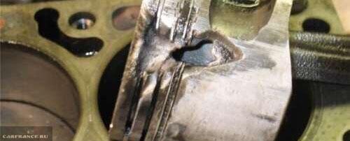 Поломанный из-за детонации поршень двигателя