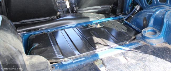 Осмотр при поднятом диване сепаратора и штуцеров на бензобаке Шевроле Нива