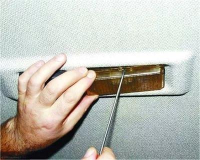 Демонтаж плафона салона ВАЗ-2114