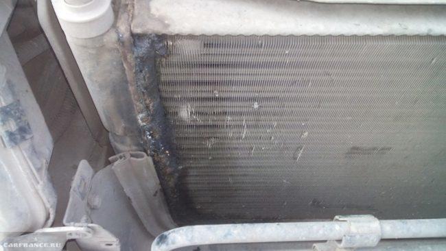 Видимые следы повреждения радиатора охлаждения на Шевроле Нива