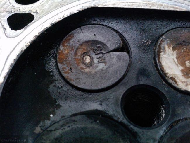 Прогоревший клапан дизельного двигателя вблизи