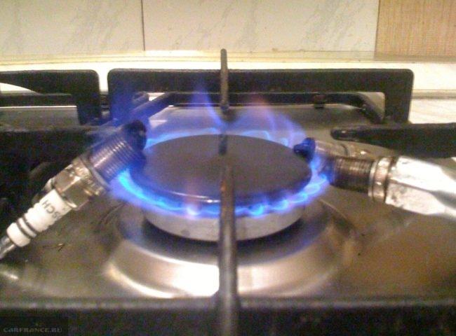 Прокаливание свечей зажигания на газовой плите