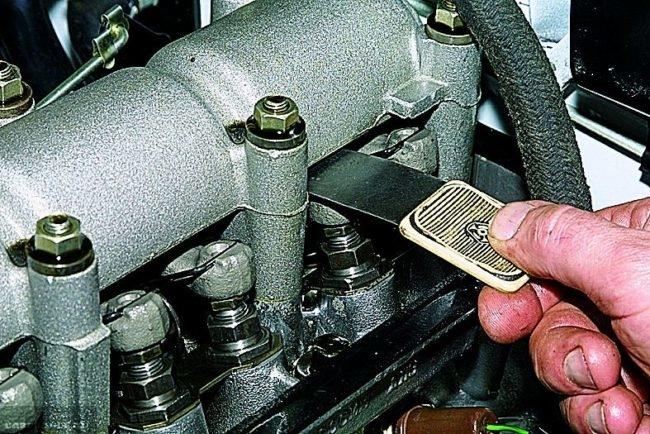 Регулируем клапана при помощи щупа на Нива Шевроле