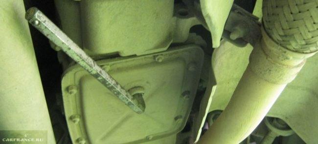 Сливная пробка масла в коробке передач Шевроле Нива