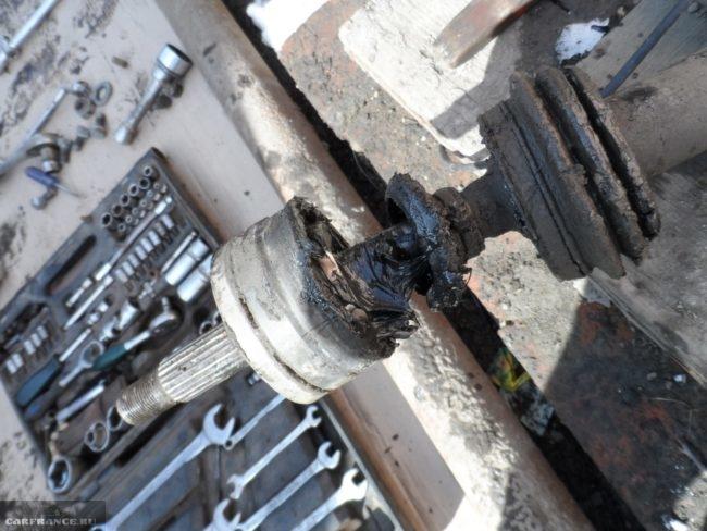 Процесс демонтажа пыльника с наружного шруса Нива Шевроле