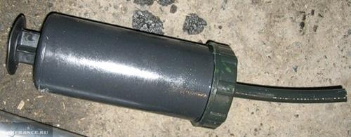 Специальный шприц для заливки масла в КПП Шевроле Нива
