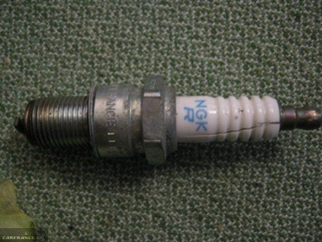 Свеча зажигания с внешним пробоем изолятора