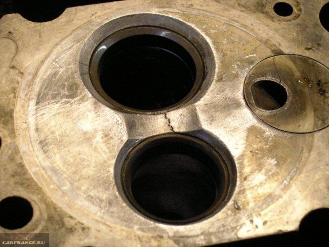 Трещина в головке блока цилиндров между седлами клапанов