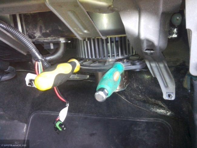 Разъединяем мотор с крыльчаткой