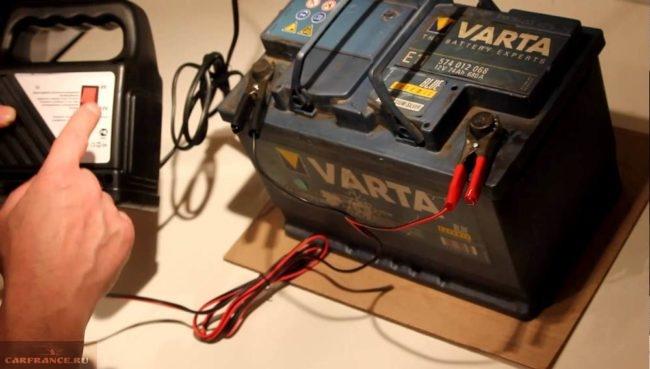 Процесс подзарядки аккумуляторной батареи