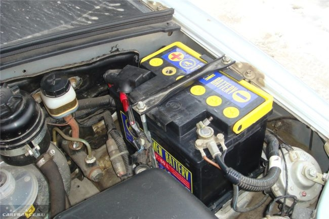 Аккумулятор на Ниве Шевроле под капотом
