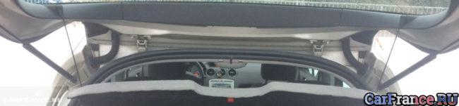 Открытая дверь багажника на Пежо 308