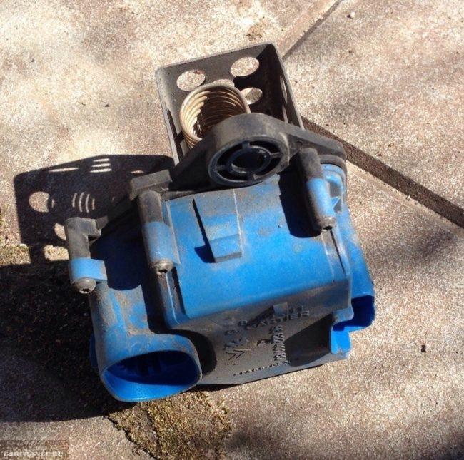 Старый демонтированный блок управления вентилятором радиатора Пежо 308