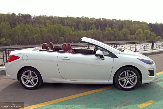 Белый Пежо 308 2-дверный кабриолет, вид сбоку