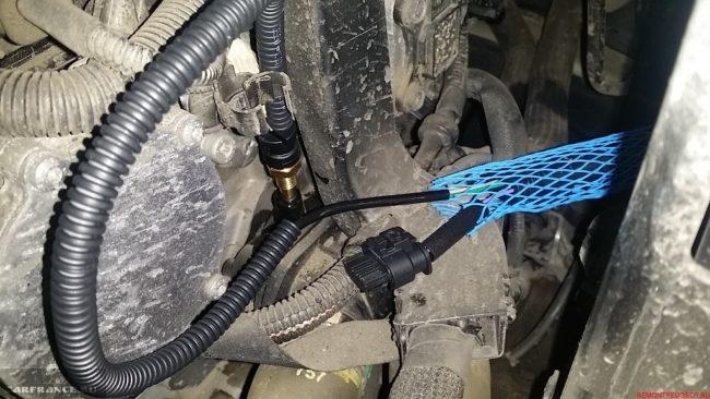 Место положения датчика охлаждающей жидкости на Пежо 308 под капотом