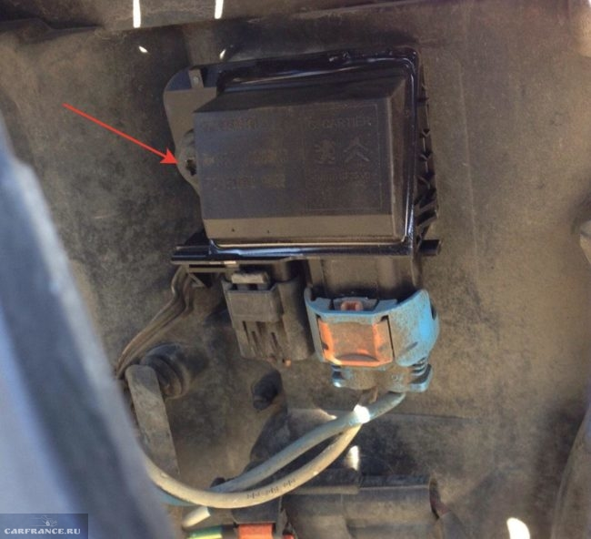 Местоположение фиксирующего болта блока управления вентилятором Пежо 308