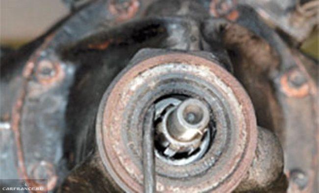 Демонтаж сальника ведущей шестерни из горловины картера редуктора Нива Шевроле при помощи отвертки