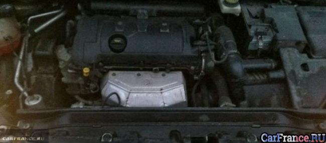 Двигатель Пежо 308 EP6 вблизи