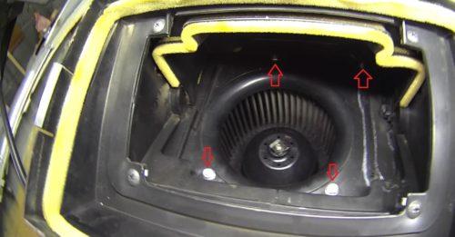 Процесс выкручивания винтов крепления короба вентилятора отопителя Нива Шевроле, вид из воздухозаборника