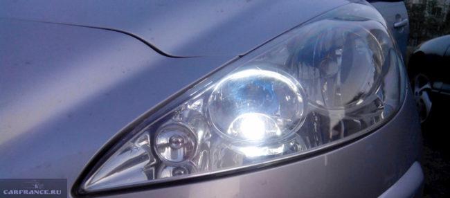 Осмотр ламп передней фары на Пежо 308