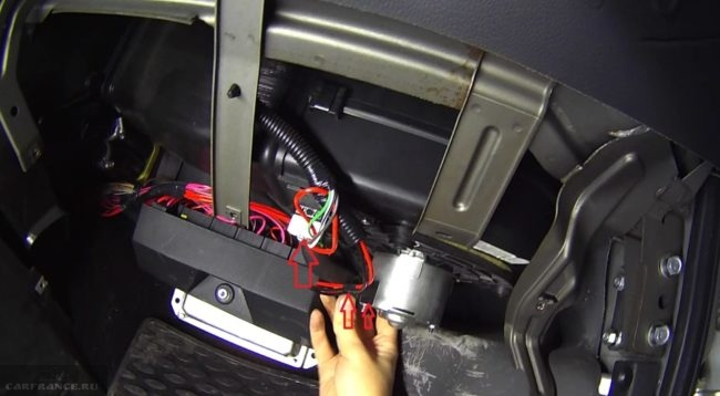 Моторчик и вентилятор отопителя вид из салона Нива Шевроле