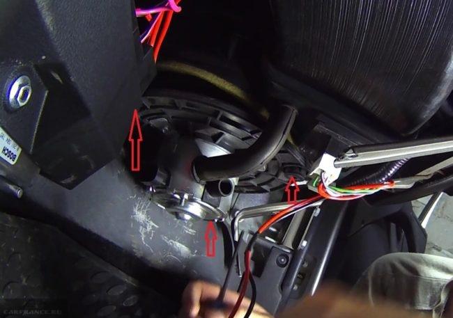 Процесс выкручивания винтов крепления вентилятора отопителя Нива Шевроле