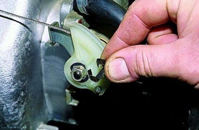 Демонтаж тросика привода дроссельной заслонки от дроссельного узла и ресивера Нива Шевроле