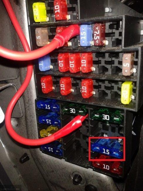 Провода тестера в монтажном блоке ВАЗ-2114